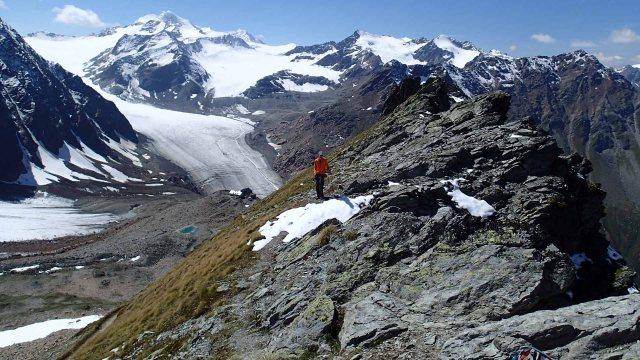 In the vicinity of Pitztaler Jochl. Braunschweiger Hütte below.